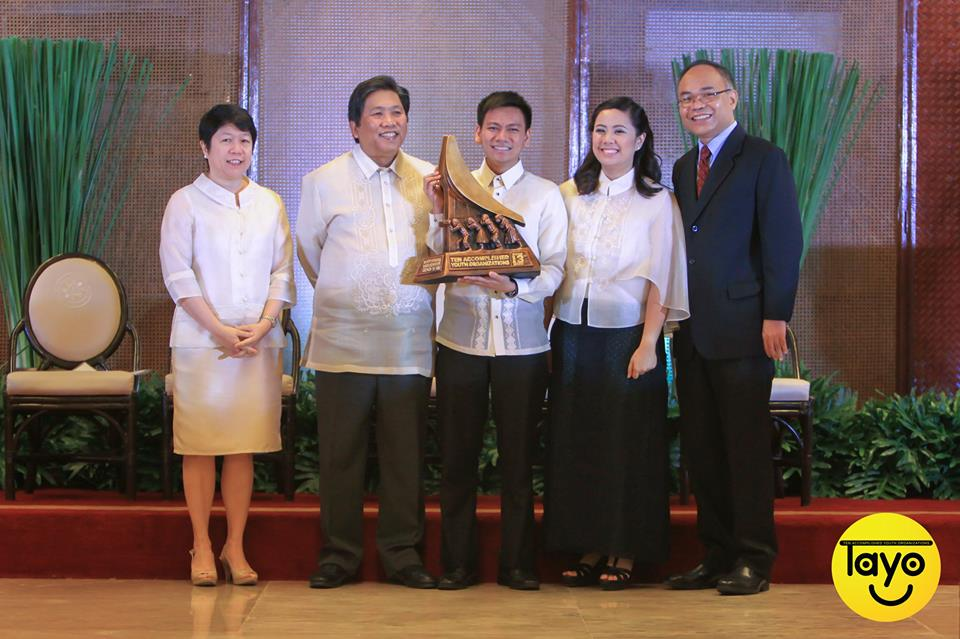 Ian Pe Benito receives the famous TAYO trophy sculpted by Toym De Leon Imao